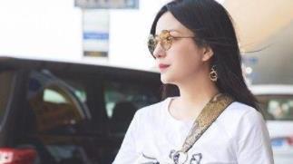 45岁赵薇越活越年轻了,穿T恤配短裤,背名牌包包像年轻白富美
