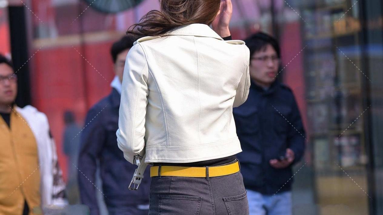 白色短款皮衣,搭配高腰牛仔裤,干净利落,显高又显瘦