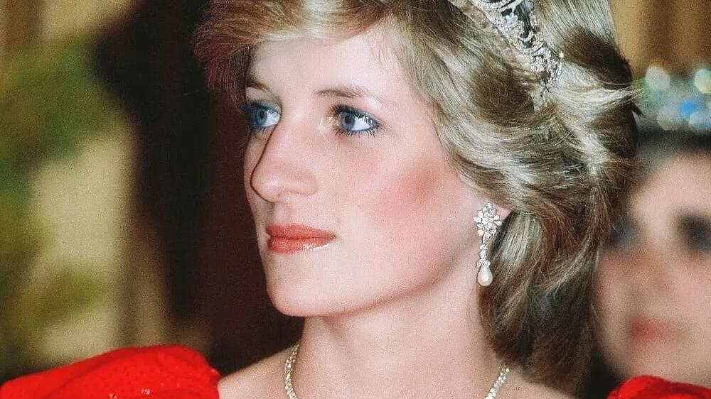 一枚羽毛胸针,辛普森夫人、戴安娜王妃、卡米拉抢着戴,谁最耀眼