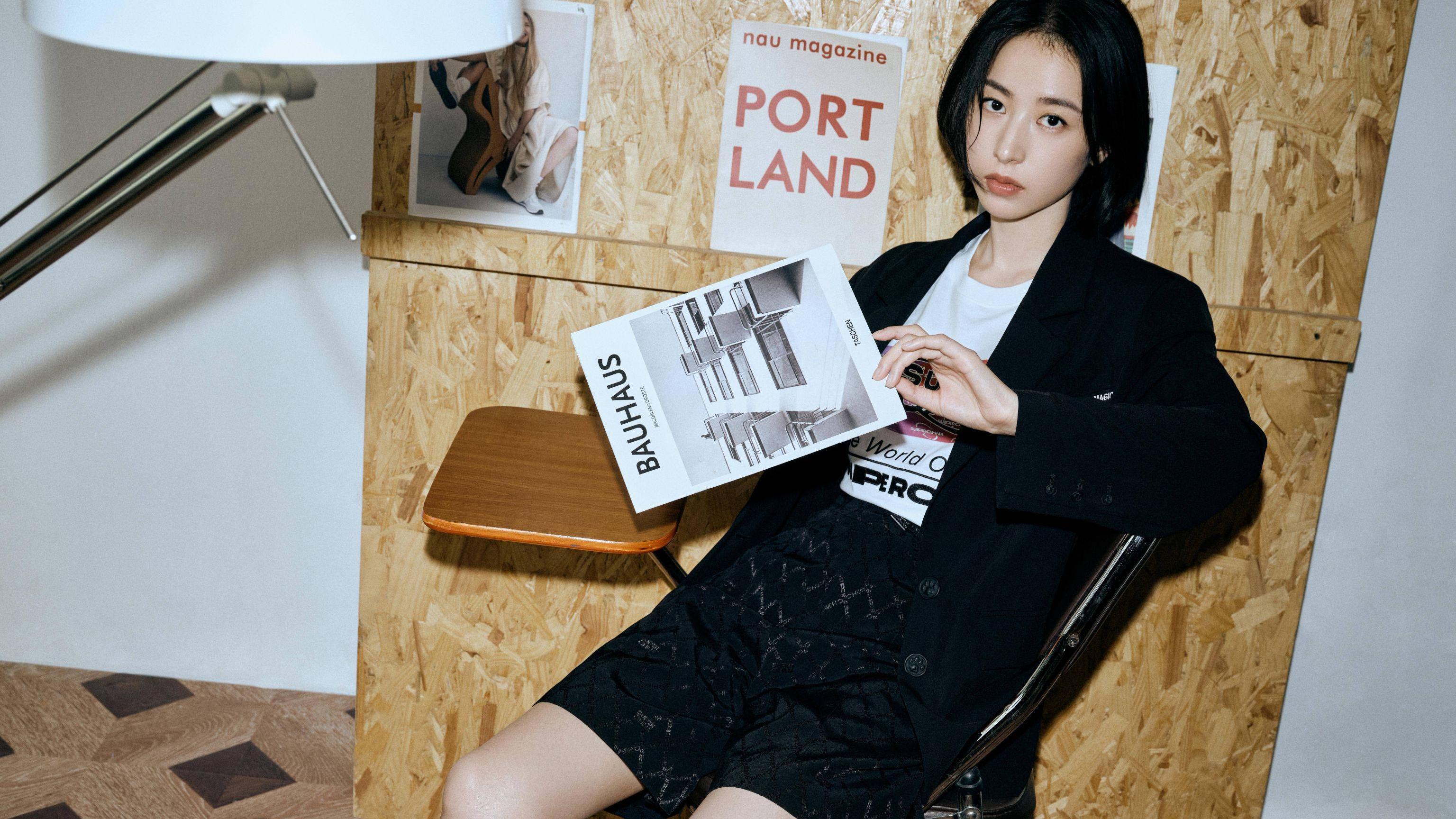 周雨彤录制《天天向上》,黑色针织衫配高腰阔腿牛仔裤,特别显高