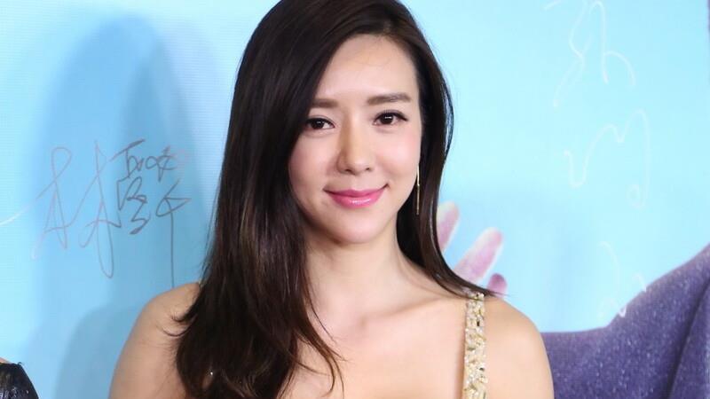 周韦彤才是天生丽质,香槟色亮片裙紧致修身,眉眼浅笑很是温柔