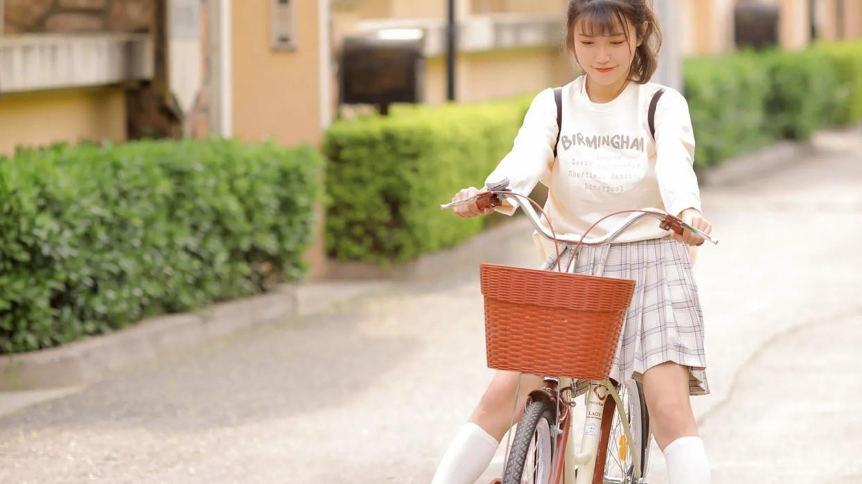 骑单车的女孩,长袖卫衣百褶裙配上一双白色长筒袜好纯好美