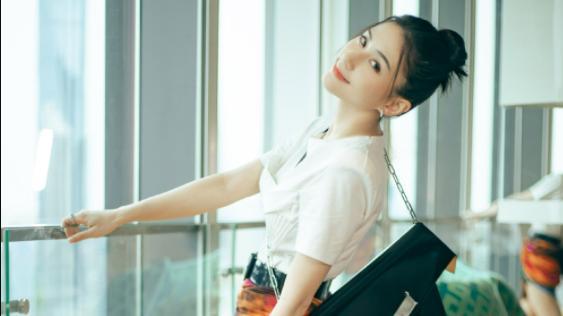 何超莲不愧是千金,穿白T恤搭配彩色短裙高级时髦,女神范十足