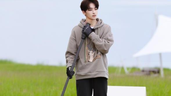 何洛洛拍摄高尔夫大片,刺绣卫衣精美帅气,少年感太强了