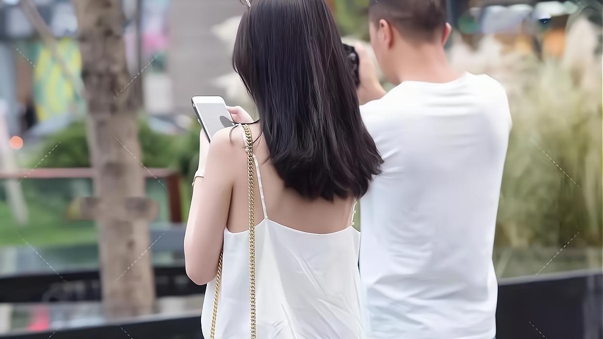 白色吊带衫、黑色裙裤,简单的黑白配,也穿出了十分洒脱的气质