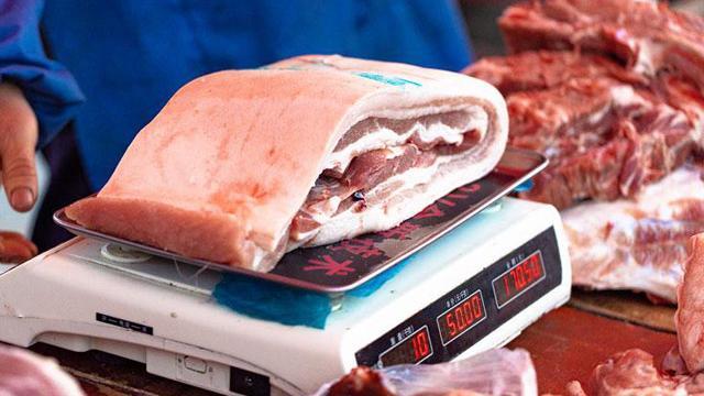 """猪价跌破""""底线"""",10块一斤的猪肉要来?猪贩子给出""""另类""""说法"""