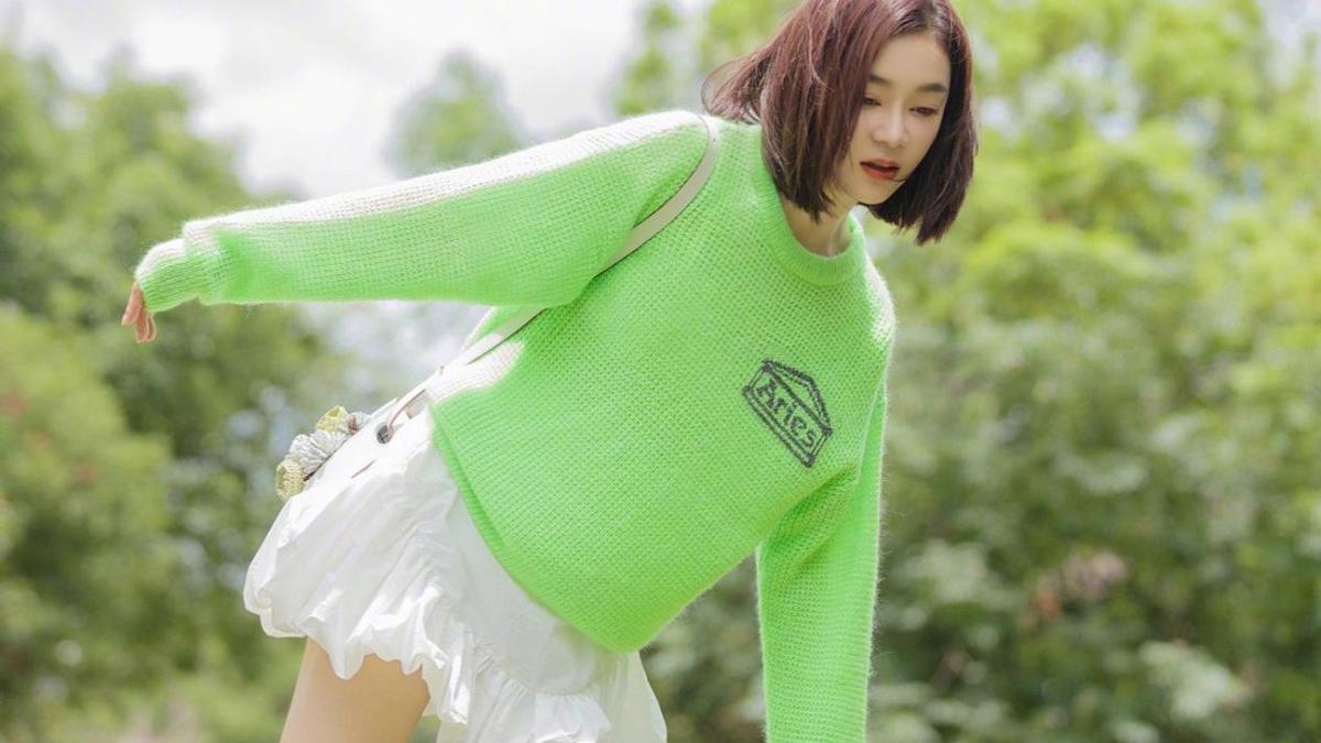"""袁姗姗穿上了""""秋天的第一件卫衣"""",心机搭配短裙,身材真惹眼"""