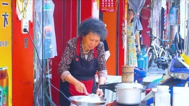 68岁福州老奶奶,街边摆摊卖小吃30年,1块钱1个,却无人愿意传承