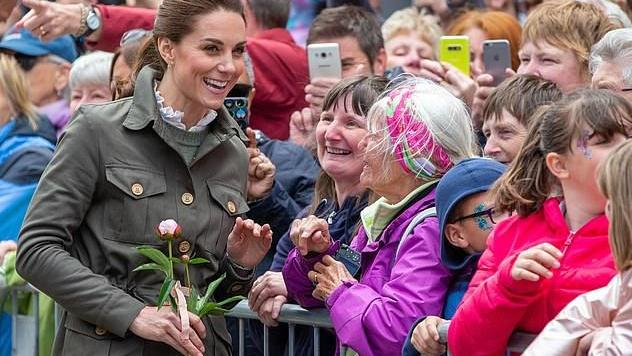 """英国""""王室三宝""""学骑马啦!阿奇没这待遇,凯特穿红毛衣亮相真嫩"""