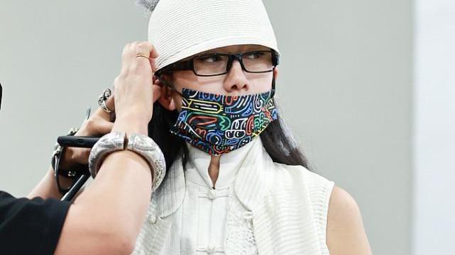 杨丽萍私服也高调,古风马甲配一身白,哪里像是年过半百的人