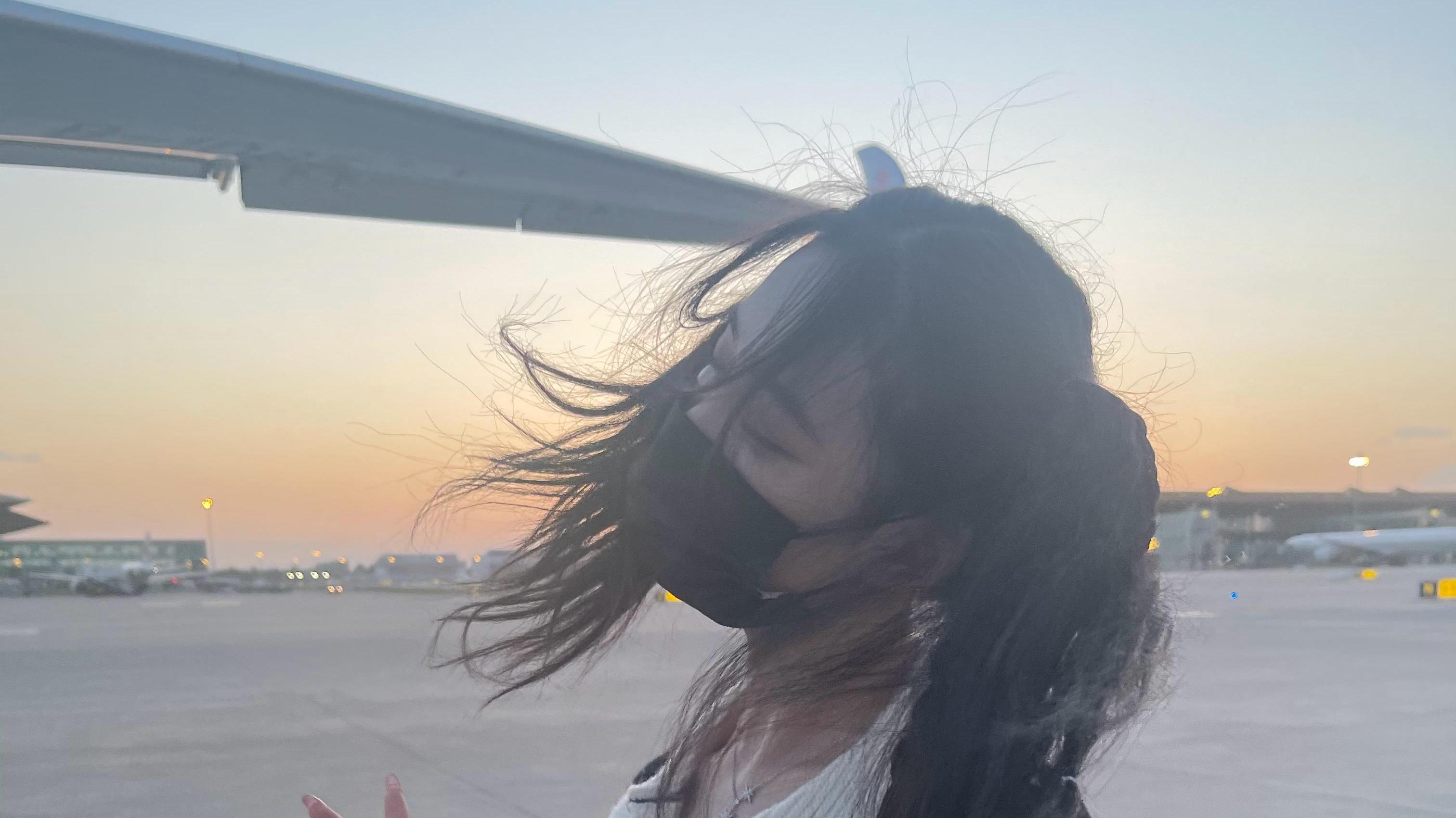 徐艺洋机场生图,双马尾条纹毛衣配牛仔裤遇大风,飞起来的头发更俏皮