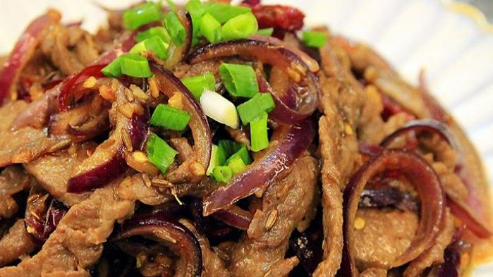 牛肉搭配洋葱,鲜香滑嫩又美味,撒些孜然和芝麻,这款菜肴家人爱