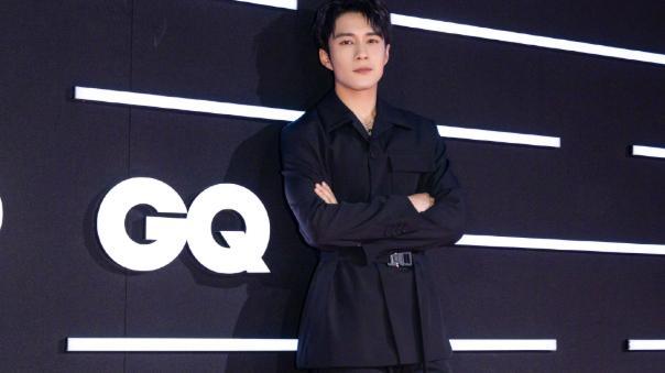 韩东君拍摄Dior大片,蓝色丝质衬衣释放型男魅力,不愧是大牌宠儿