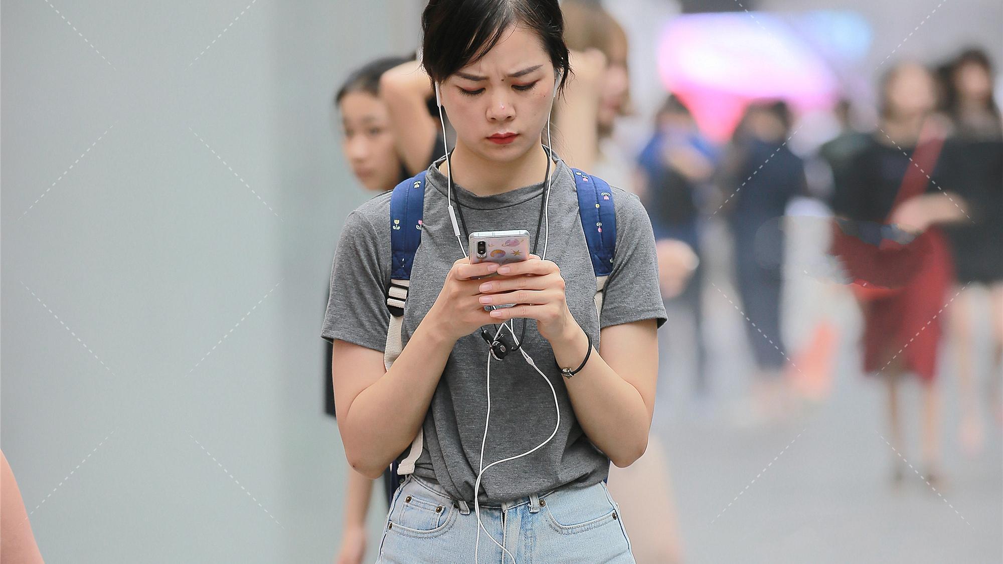 灰色圆领T恤短袖设计,纯棉材质宽松版型,搭配一双小白鞋非常青春