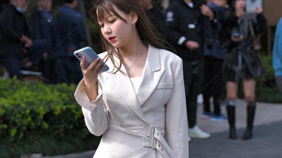 白色西装外套配白色长筒靴,气场强大,不失个性