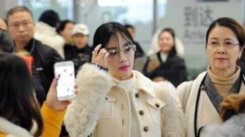 39岁李小璐学生装亮相,身穿白色大衣配大框眼镜,样子太清纯了