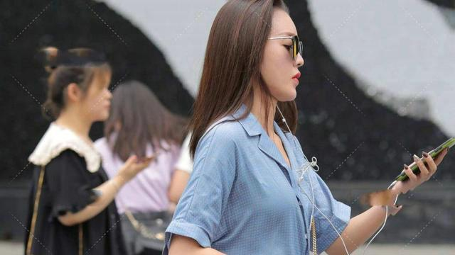 衬衫搭配修身牛仔裤,韩版设计风格减龄又时尚