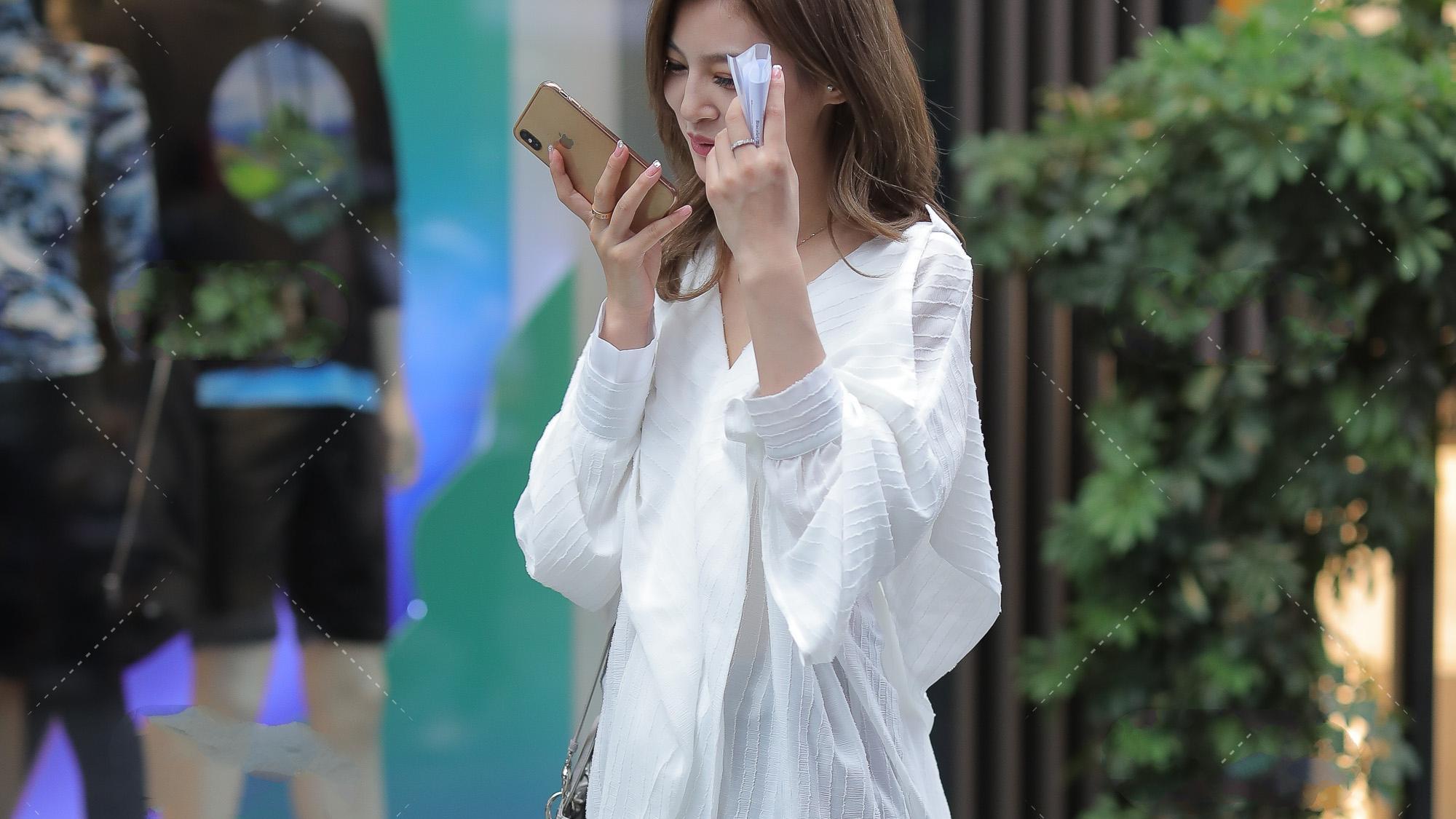 白色大V领长款宽松长袖长衫,搭配银色包款,清纯中带一点性感