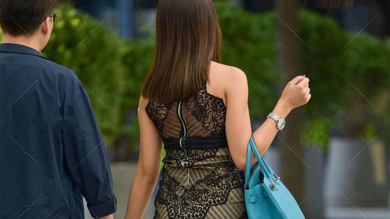 小麦色皮肤和微胖体型欧美味十足,网纱连衣裙凸显成熟女人味