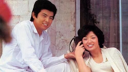 三浦友和年轻和百惠一样时尚,穿白衬衫搭牛仔裤儒雅帅气,真般配