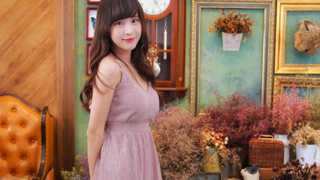 小情侣约会穿搭,暗紫色吊带裙,甜美又优雅范十足