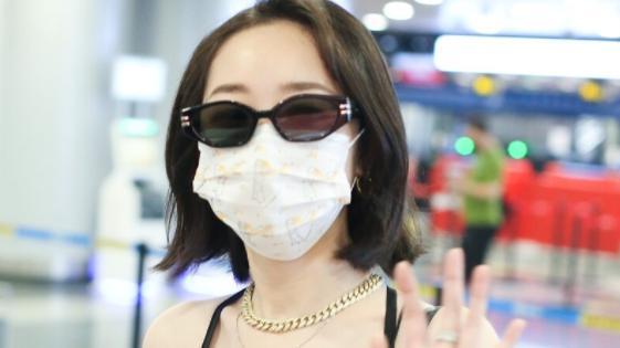 """蒋梦婕有任性穿的""""身材"""",一袭黑色吊带裙时髦洋气,美得高调"""