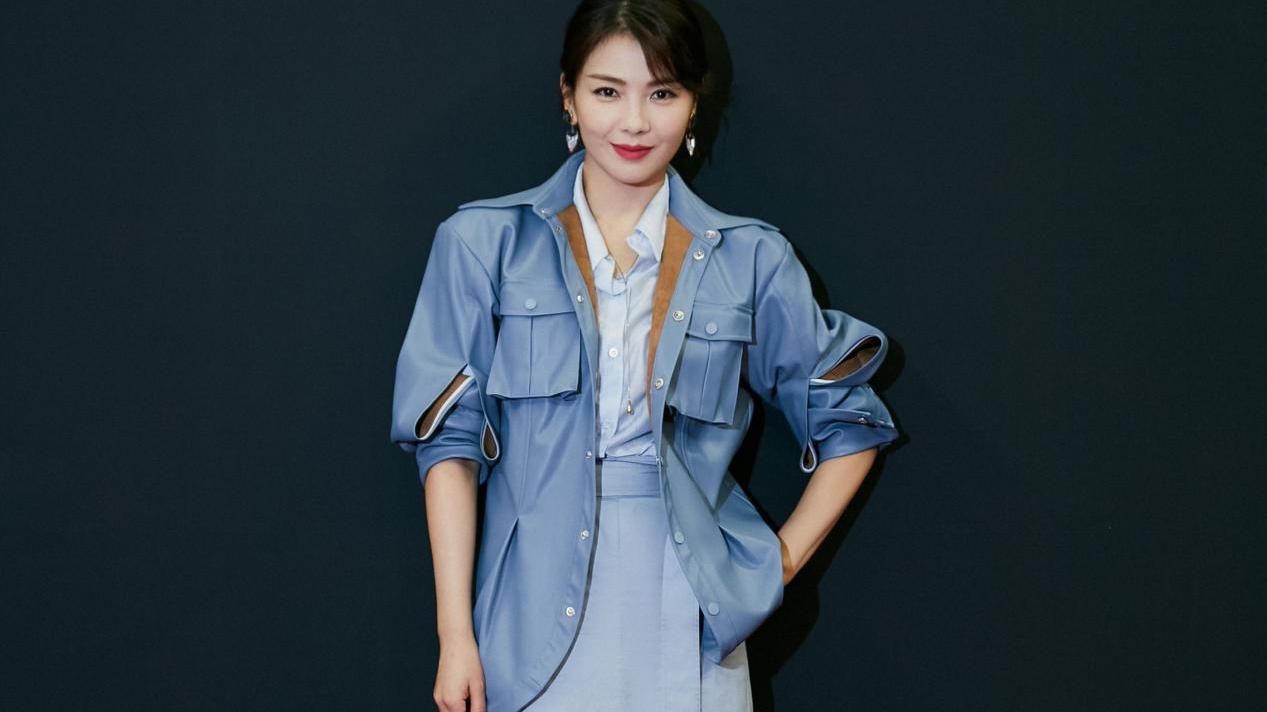 刘涛越老越有气质,蓝色皮衣配半裙清新优雅,尽显成熟女性的魅力