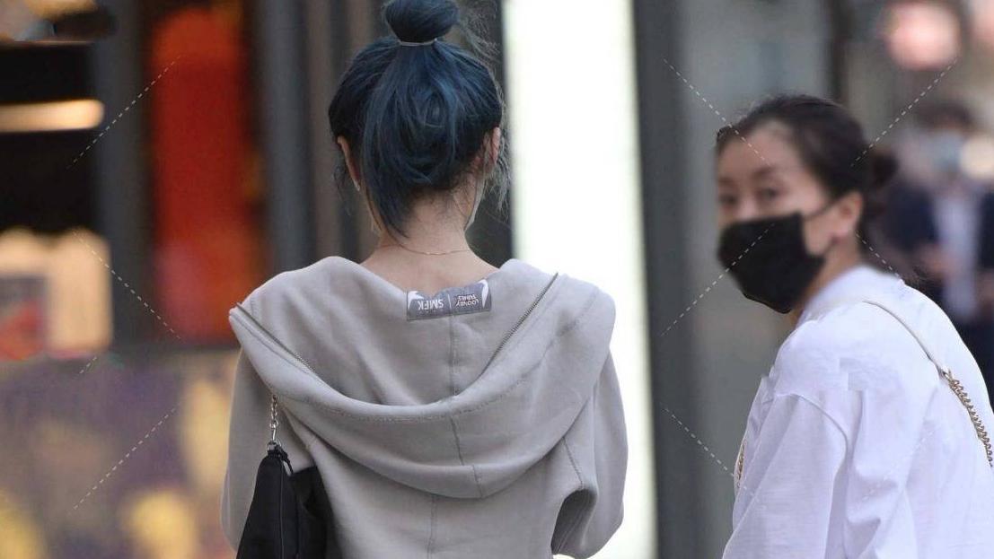 背心太清凉?在外面搭配一件短款外套,保暖又不失时尚感