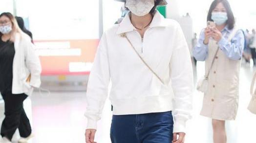 张子枫终于换风格,穿拉链卫衣配老爹裤,不仅不土,意外舒适洋气