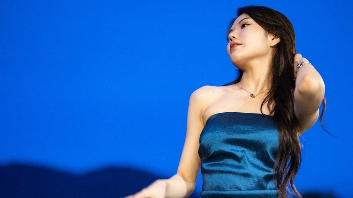 优雅从容,尽显甜美感——静怡蓝色抹胸礼服