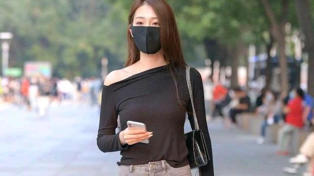 黑色斜肩长袖上衣,灰色紧身牛仔裤,身材纤细苗条气质轻熟脱俗
