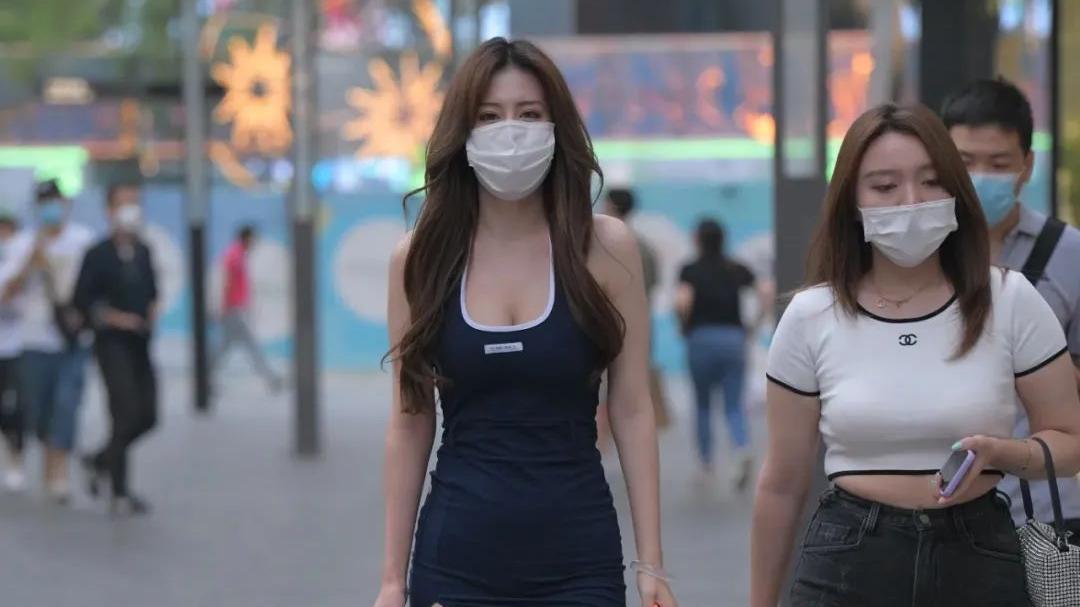 时尚穿搭:穿深蓝裙的时尚女生,这身材把我迷住了