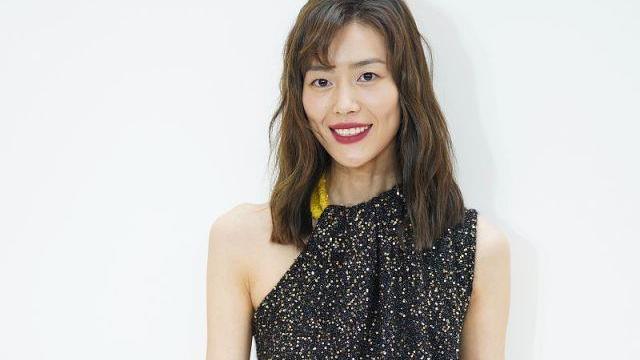 刘雯打扮的真耀眼!穿黑色星空裙都不算啥,关键是单肩设计太时髦