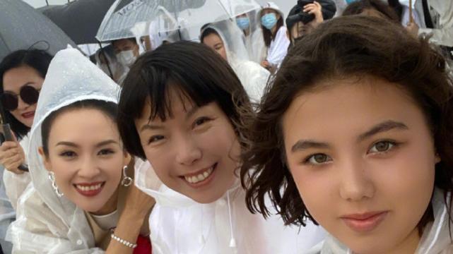 奇特的画风!章子怡张宇穿着雨衣看秀,模特都在泥地上面走路