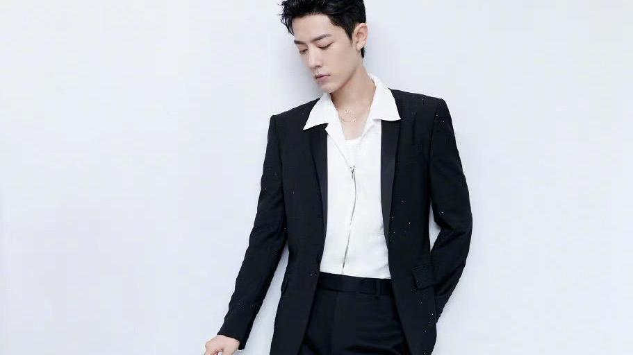 肖战时光盛典造型,白色衬衫式拉链的黑色西装是闪钻的,低调奢华