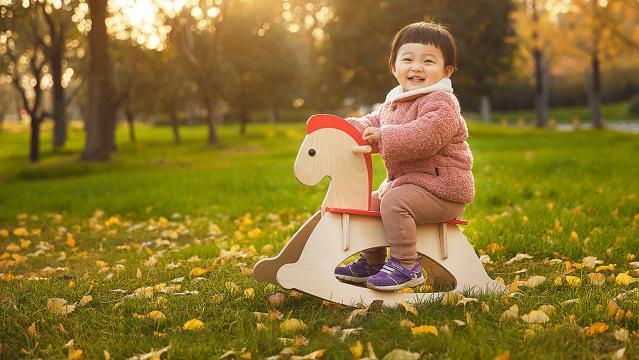快乐精灵 秋季童装大有讲究,合理穿搭为孩子筑起安全防线