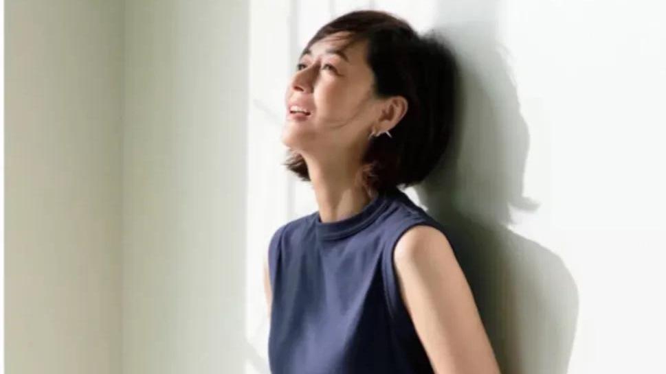 富冈佳子真的是穿搭高手,穿基础款就服她,T恤也能穿出高级感!