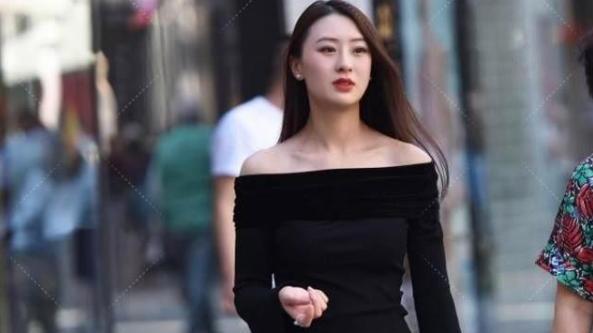 喇叭袖黑色紧身衣搭配纯白色九分裤,魅力四射,御女范十足