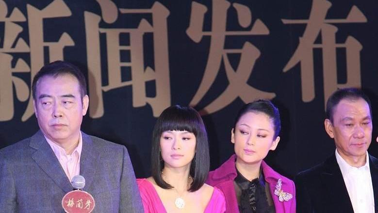 """陈红和""""国际章""""同台比美,一身黑色短裙太娇俏,看不出真实年龄"""