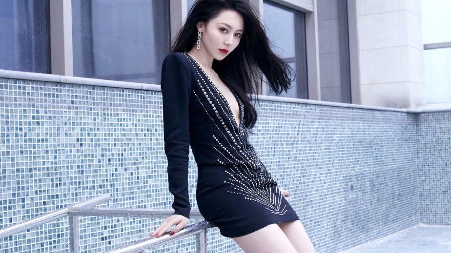 黄梦莹性感营业,黑色紧身裙v领到肚脐,前面的铆钉设计太帅了
