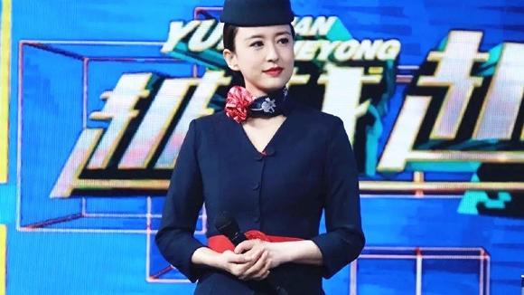 """张蕾新造型亮相 一身""""空姐""""制服很端庄 黑色腰带成亮点"""