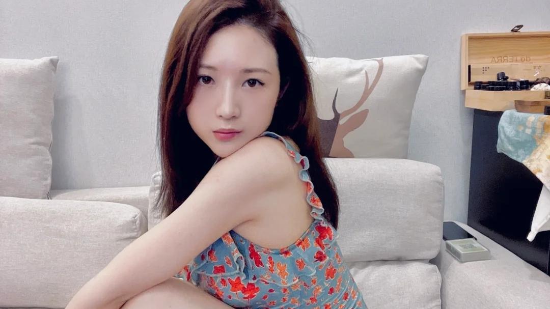 家里穿的印花裙,舒服自在,躺在沙发上看电视享受疲惫了一天后的放松!
