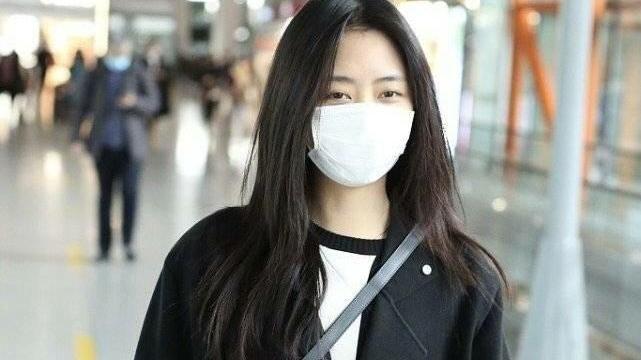 谭松韵宽松穿搭现身机场,中分碎发慵懒自然,素颜打扮简单率性