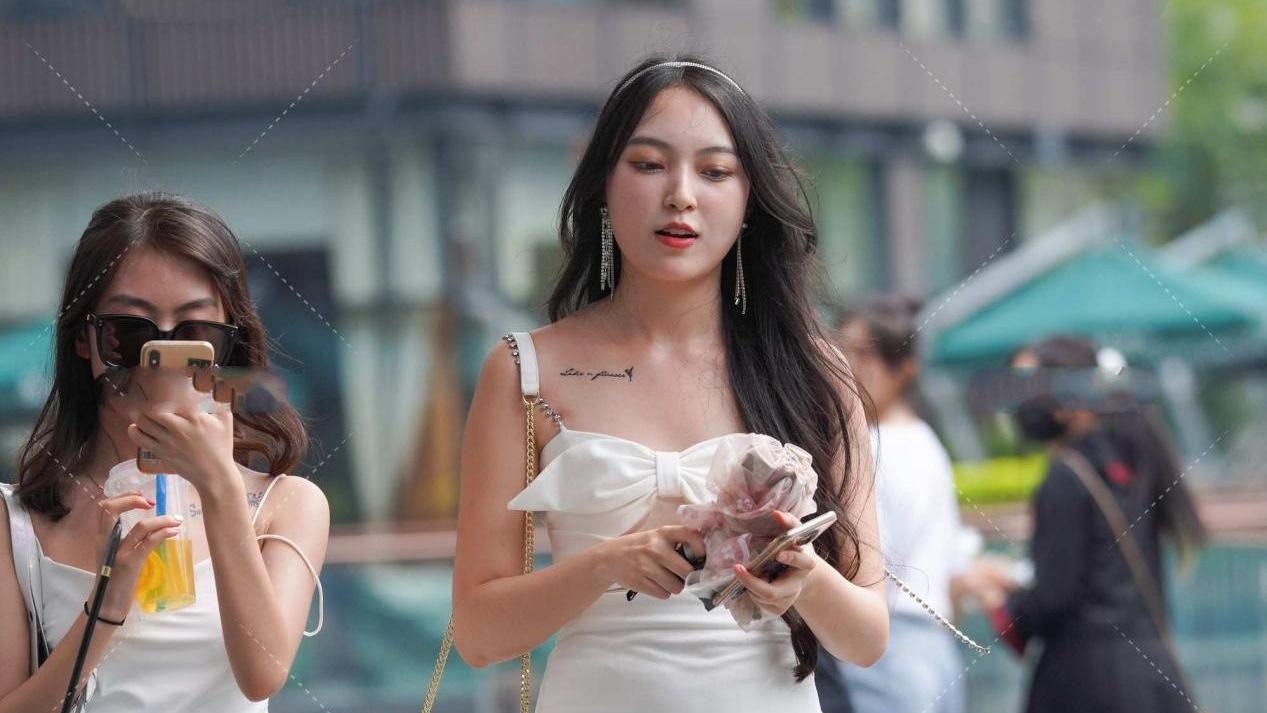 白色修身连衣裙,蝴蝶结装饰更显甜美可爱,减龄又时尚