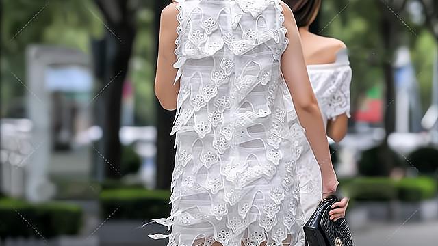 白色连衣短裙搭配高跟凉鞋,配上独特的黑色领带,十分洋气