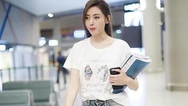 张天爱真会穿,白T恤配破洞裤简约大气,虽然胯宽但细腿更抢镜