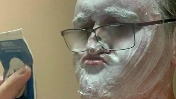 错把除毛膏当刮胡泡,澳洲男涂满全脸才知大事不妙