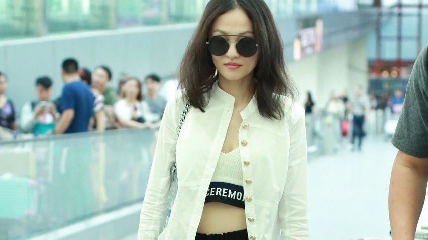 张韶涵气场开挂了,穿风衣搭白色衬衫裙走机场潇洒酷炫,霸气十足