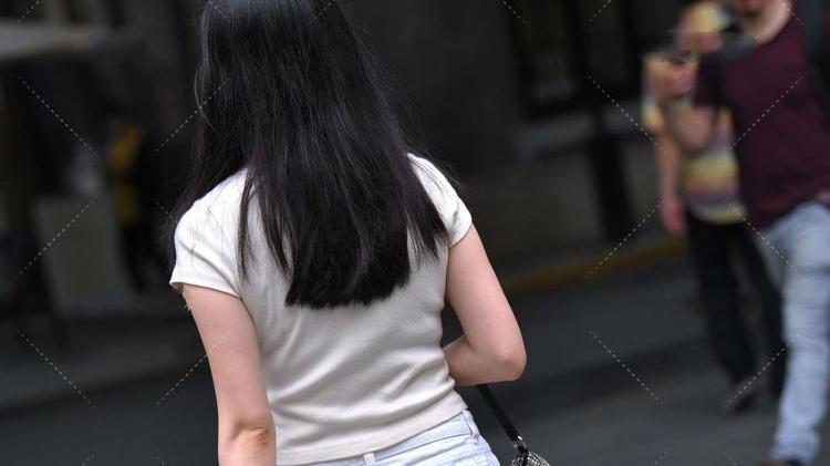 白衬衣温柔可爱,短裤毛边设计休闲时尚,浅色穿搭十分甜美