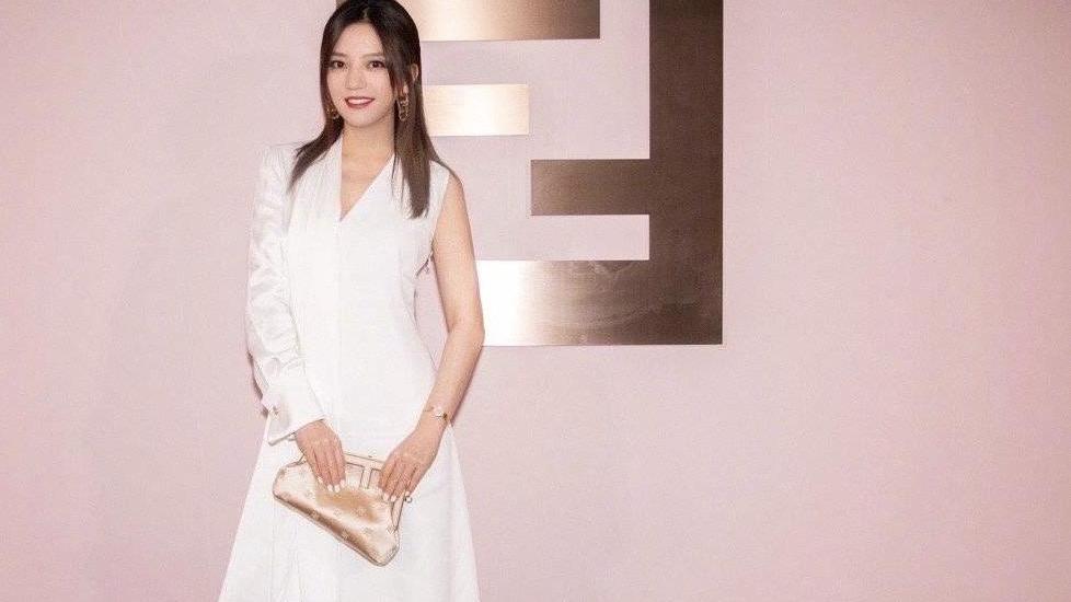 瘦下来的赵薇美出了新高度,牛油果绿连衣裙,高级感十足